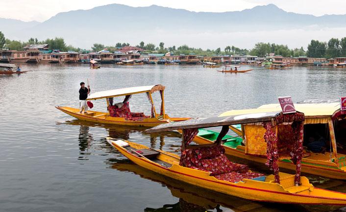 Enjoy a walk boat in shrinagar