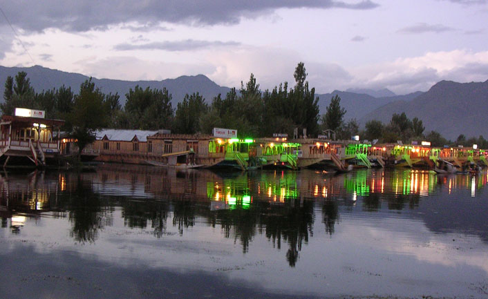 houseboat a night in Srinagar